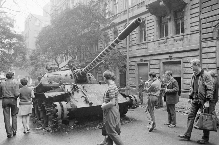 Quelques jours après l'invasion de la Tchécoslovaquie par les troupes du pacte de Varsovie, le reporter de Paris Match Jack Garofalo arpente les rues dePrague occupée. Ici, des civils regardant les restes d'un char d'assaut ayant brûlé.