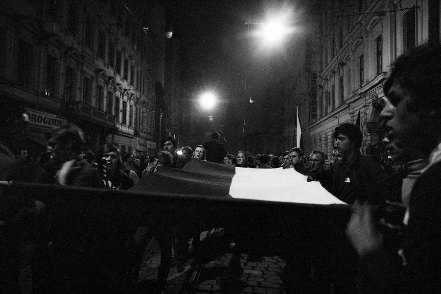 Quelques jours après l'invasion de la Tchécoslovaquie par les troupes du pacte de Varsovie, le reporter de Paris Match Jack Garofalo arpente les rue de Prague occupée. Ici, de jeunes manifestants dans la rue, la nuit, brandissant un drapeau tchécoslovaque.