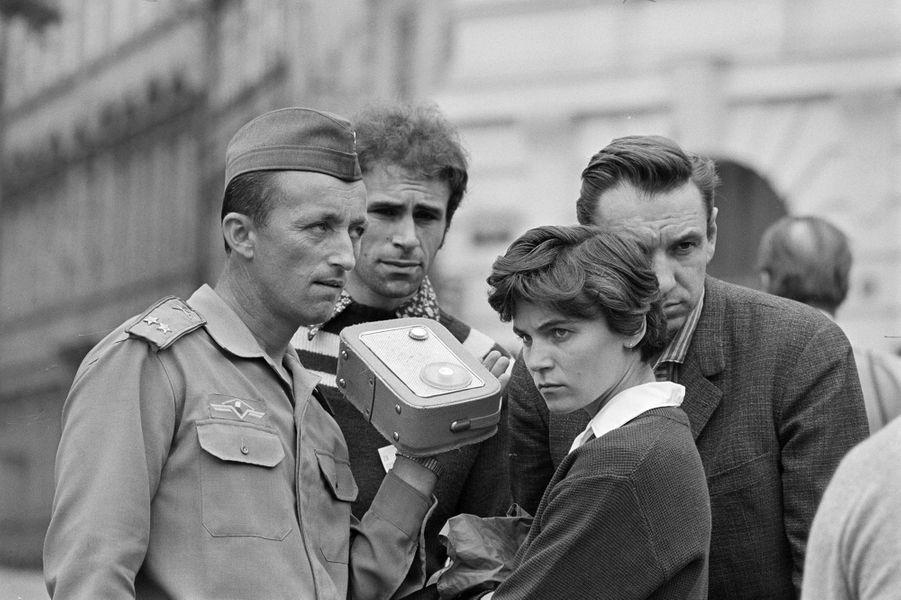 Quelques jours après l'invasion de la Tchécoslovaquie par les troupes du pacte de Varsovie, le reporter de Paris Match Jack Garofalo arpente les rue de Prague occupée. Ici, un soldat tchécoslovaque et de s civils écoutent les nouvelles diffusées par l'occupant.