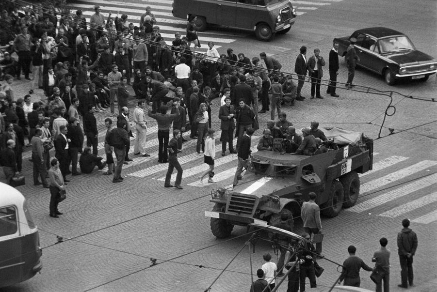 Quelques jours après l'invasion de la Tchécoslovaquie par les troupes du pacte de Varsovie, le reporter de Paris Match Jack Garofalo arpente les rue de Prague occupée. Regroupés à un carrefour, des habitants observent le passage d'un blindé de l'armée.
