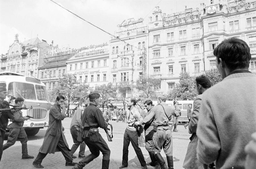 """Quelques jours après l'invasion de la Tchécoslovaquie par les troupes du pacte de Varsovie, le reporter de Paris Match Jack Garofalo arpente les rue de Prague occupée. Ici, des militaires arrêtent des manifestants partisans d'Alexander Dubcek, premier secrétaire du Parti communiste tchécoslovaque, chantre d'un """"socialisme à visage humain"""", en opposition avec le Kremlin."""