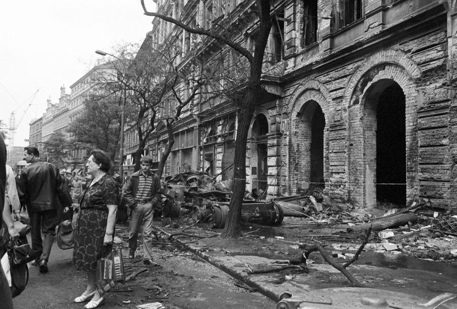 Quelques jours après l'invasion de la Tchécoslovaquie par les troupes du pacte de Varsovie, le reporter de Paris Match Jack Garofalo arpente les rues de Prague occupée. Ici dans la rue suite à une manifestation, les gravas d'un immeuble partiellement détruit jonchent le trottoir, ainsi que des arbres tombés et de véhicules blindés endommagés.