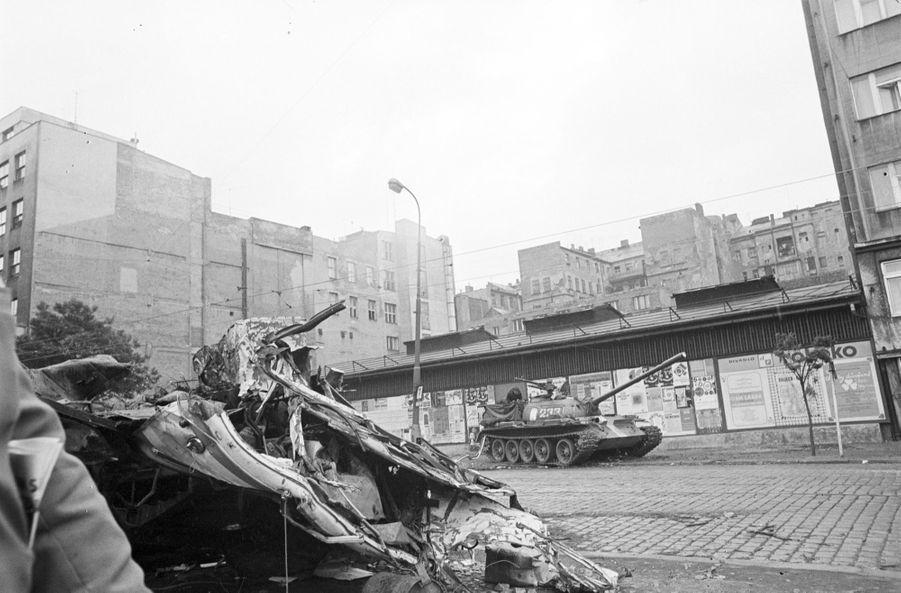 Quelques jours après l'invasion de la Tchécoslovaquie par les troupes du pacte de Varsovie, le reporter de Paris Match Jack Garofalo arpente les rue de Prague occupée. Ici dans la rue déserte, un char stationné, devant un véhicule écrasé, peut-être un de ces bus qui ont servi de barricades.