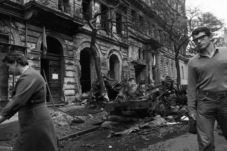 Quelques jours après l'invasion de la Tchécoslovaquie par les troupes du pacte de Varsovie, le reporter de Paris Match Jack Garofalo arpente les rue de Prague occupée. Ici dans la rue suite à une manifestation, les gravas d'un immeuble partiellement détruit jonchent le trottoir, ainsi que des arbres tombés et de véhicules blindés brulés.