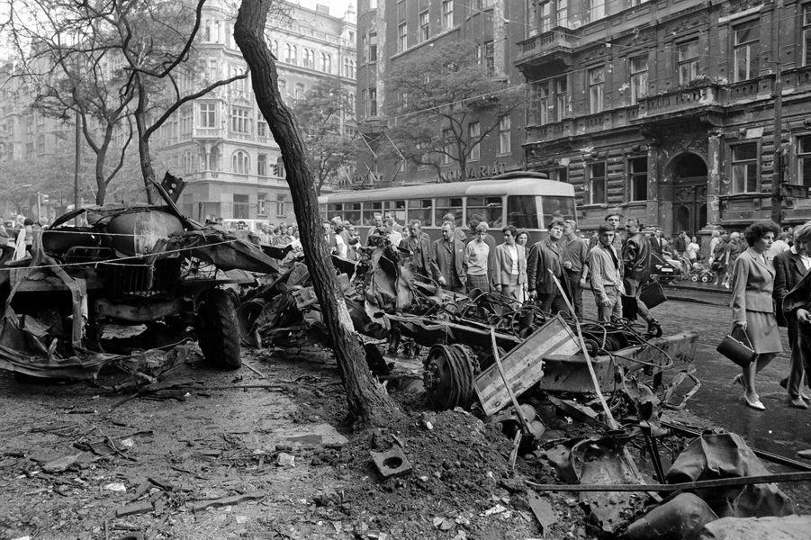 Quelques jours après l'invasion de la Tchécoslovaquie par les troupes du pacte de Varsovie, le reporter de Paris Match Jack Garofalo arpente les rue de Prague occupée. Ici, des carcasses de véhicules calcinés, vestiges des heurts violents.
