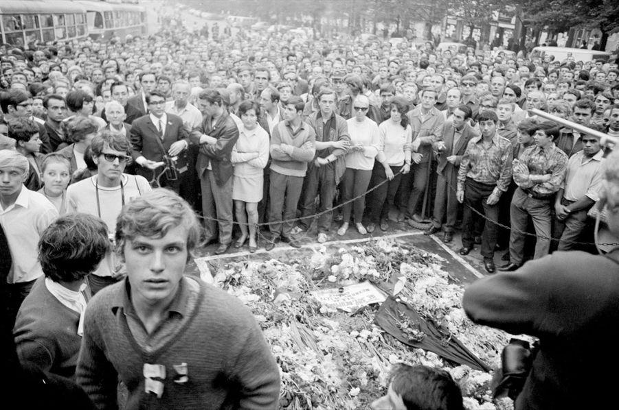 Quelques jours après l'invasion de la Tchécoslovaquie par les troupes du pacte de Varsovie, le reporter de Paris Match Jack Garofalo arpente les rue de Prague occupée. La foule se recueille autour d'un mémorial pour les victimes de la répression.