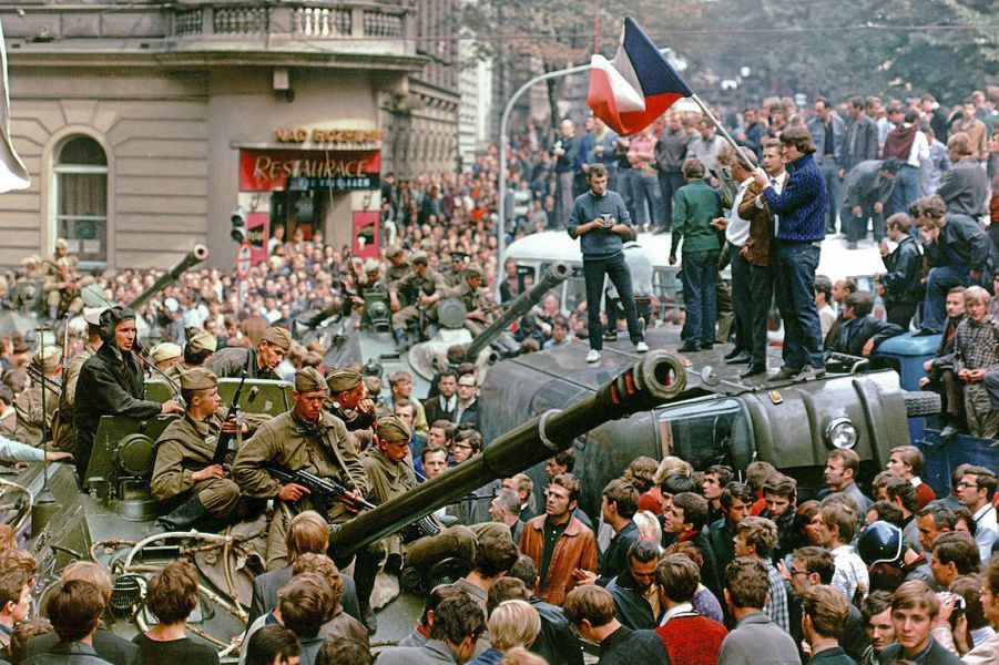 Manifestation dans les rues de Prague, en août 1968.
