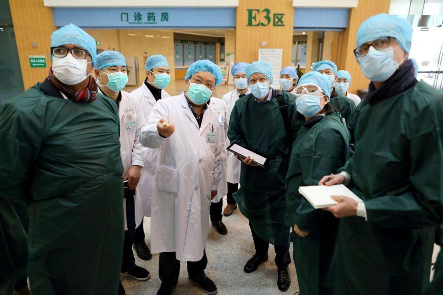 Des experts chinois et de l'OMS dans un hôpital à Wuhan, le 23 février 2020