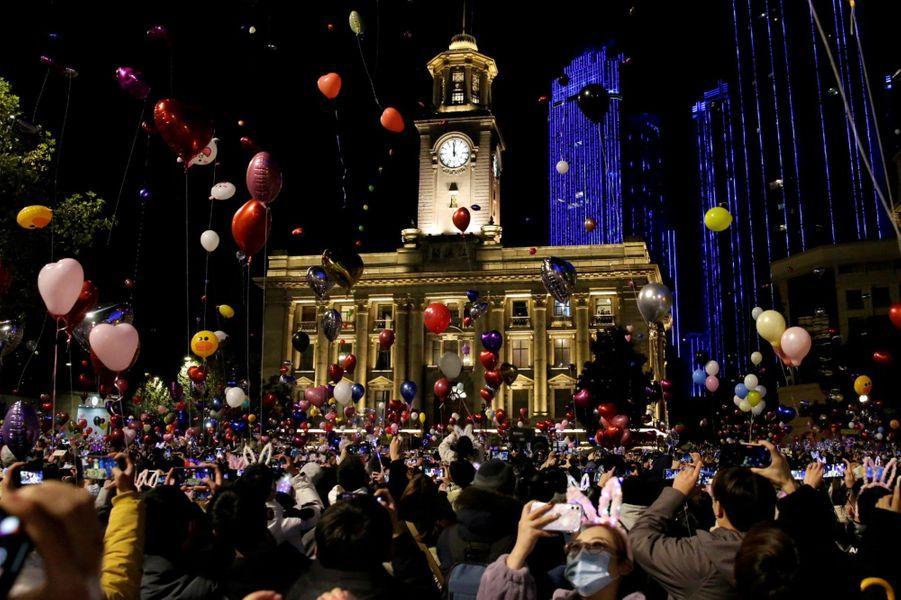Des fêtards célèbrent l'arrivée de 2021, à Wuhan le 31 décembre 2020
