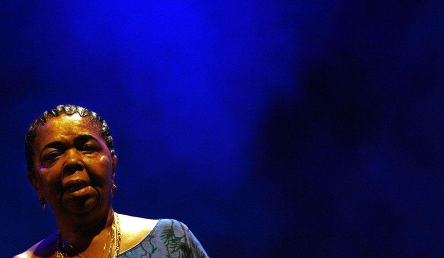 """La chanteuse capverdienne est décédée le 17 décembre à l'âge de 70 ans. La """"diva aux pieds nus"""" a contribué à diffuser partout dans le monde la morna, la musique du Cap-Vert."""
