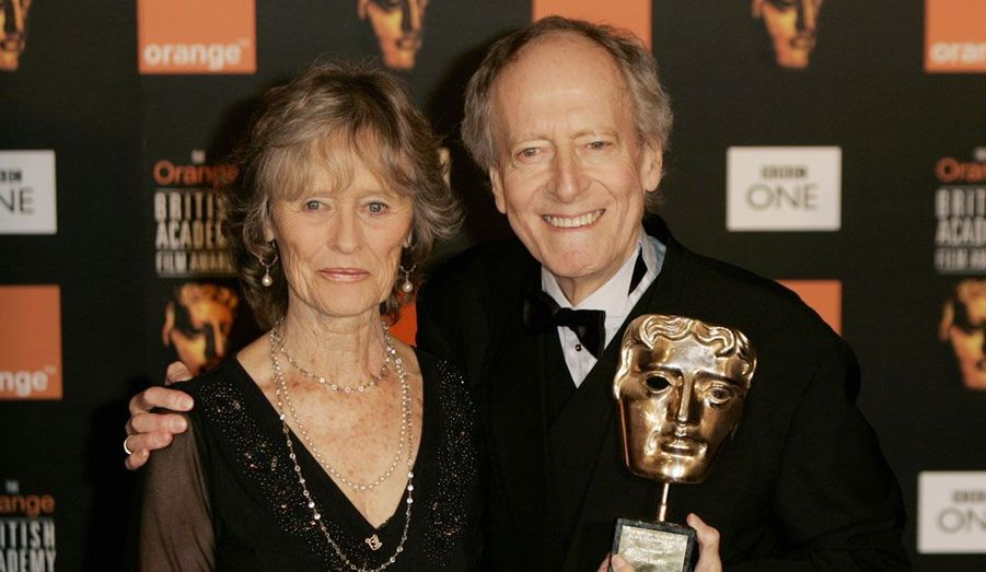Le compositeur britannique est mort à 77 ans le 30 janvier. Ici photographié avec l'actrice Virginia McKenna, il fut l'auteur de nombreuses bandes originales, de James Bond à Amicalement vôtre, en passant par Danse avec les loups et Out of Africa.
