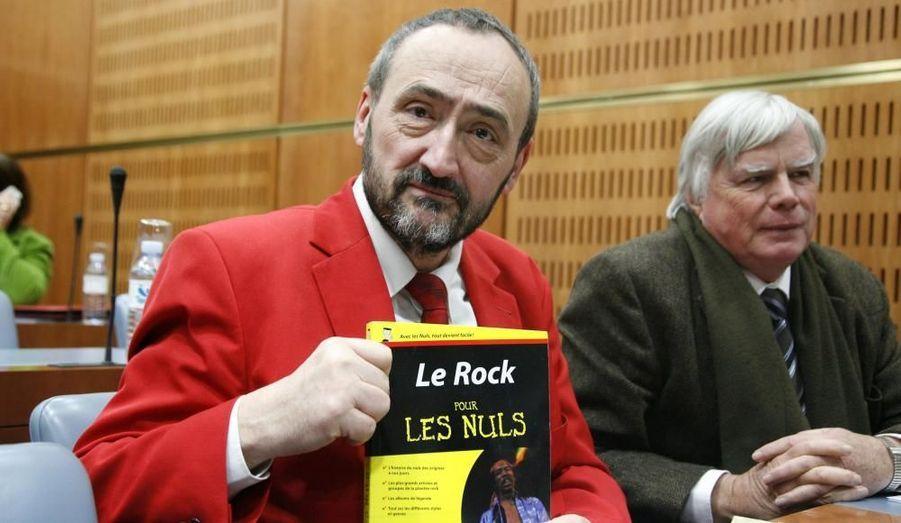 Le député socialiste est mort le 2 mai à l'âge de 53 ans. Personnage de l'Hémicycle, connu pour ses vestes rouges et sa passion pour la musique metal, qu'il défendait inlassablement, il a succombé à un cancer après avoir fait, en mars, son retour à l'Assemblée sous les applaudissements de ses collègues de tous bords.