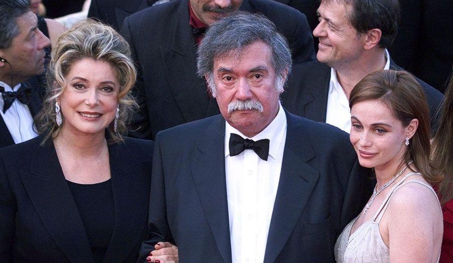 Le réalisateur chilien est mort le 19 août à 70 ans. Ici photographié avec Catherine Deneuve et Emmanuelle Béart, cette personnalité majeure du cinéma chilien a dirigé plus de 200 films en un demi-siècle de carrière.