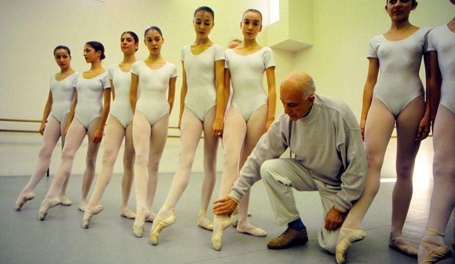 Le chorégraphe français s'est éteint le 10 juillet à 87 ans. Auteur de Carmen et du Pink-Floyd ballet, il fut à l'origine de plus de 200 ballets. Il est ici photographié en 1994 avec les élèves de l'école de danse de Marseille.