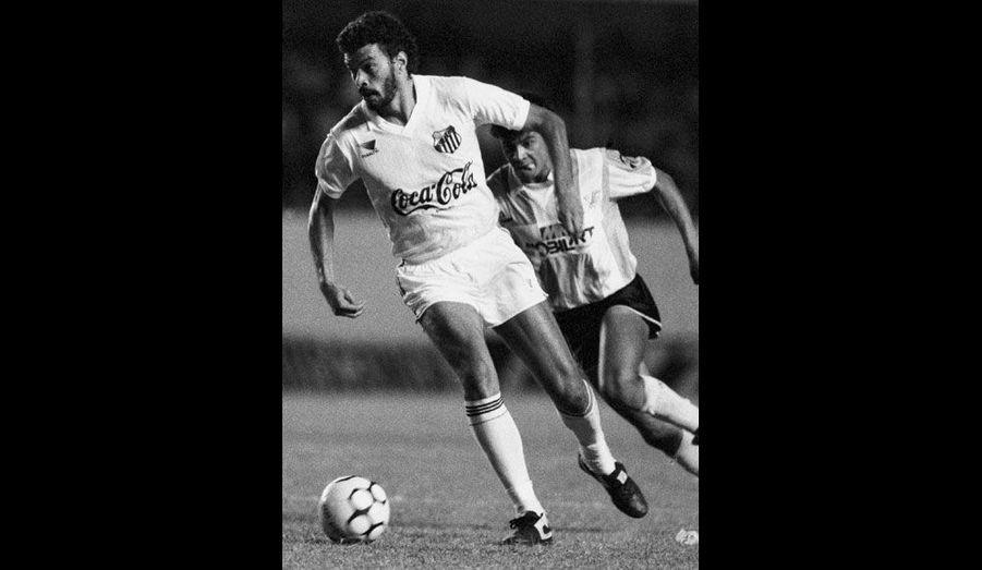 Le footballeur brésilien est mort le 4 décembre à 57 ans. Il a brillé au sein de l'équipe nationale, la Seleçao, mais aussi au sein du SC Corinthians où, en pleine dictature, il contribue à imposer un système démocratique pour régir la vie du club.