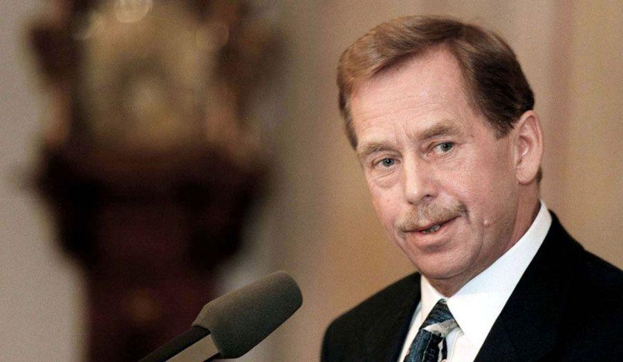 """L'ancien président tchèque est décédé le 18 décembre 2011 à l'âge de 75 ans. Intellectuel dissident, il avait mené une """"révolution de velours"""" exemplaire qui avait contribué à l'effondrement du bloc communiste."""