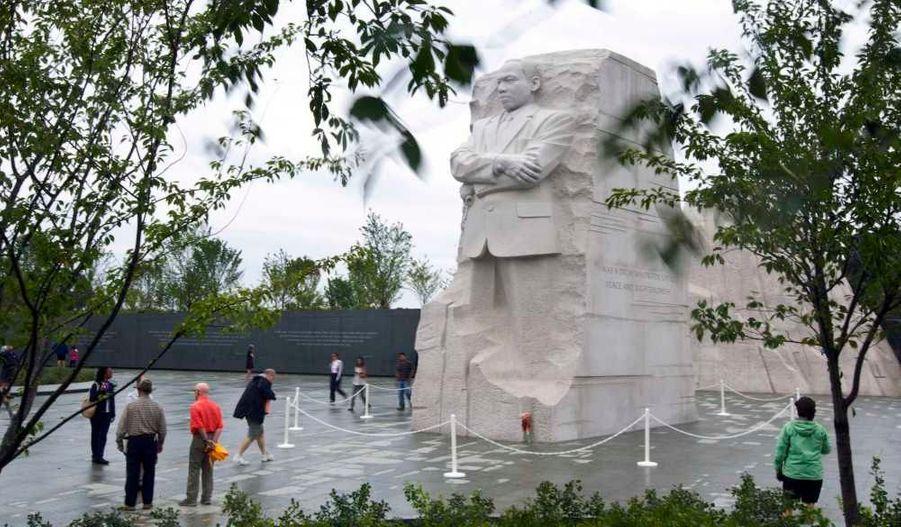 """Le président américain Barack Obama, accompagné de son épouse et de ses filles, Sasha et Malia, a inauguré dimanche le Mémorial de Martin Luther Kingau West Potomac Park, près du Mall à Washington. L'éternel symbole de la lutte contre la ségrégation aux Etats-Unis, et auteur du célèbre discours """"I have a dream"""", a """"donné une voix à nos rêves les plus profonds"""", a salué le premier président noir américain devant lastatue de neuf mètres de haut qui lui est maintenant dédiée. Ce dernier a répondu au mouvement des """"indignés"""" -qui manifeste depuis plus d'un mois contre les dérives du système financier, et est en train de se propager au monde entier- en disant que si le prix Nobel de la paix était """"vivant aujourd'hui, il nous rappellerait que le chômeur peut à juste titre s'en prendre aux excès de Wall Street, sans diaboliser tous ceux qui travaillent là"""". Des dizaines de milliers de personnes, noires dans une très grande majorité, étaient rassemblées à Washington pour cet hommage, dont quelques célébrités telles qu'Aretha Franklin, Stevie Wonder ou encore Sheryl Crow."""