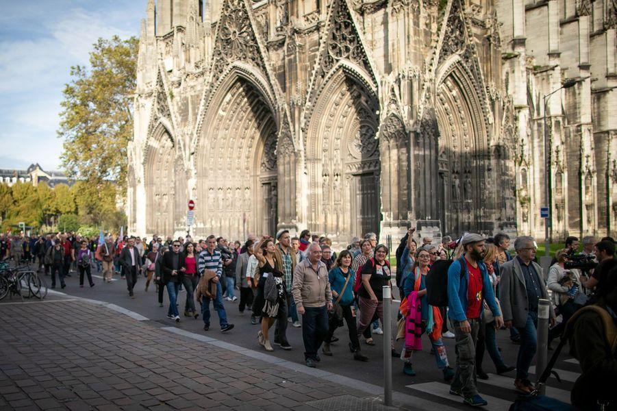 Environ 500 personnes se sont rassemblées samedi 26 octobre 2019 devant le palais de justice de Rouen pour exprimer leur inquiétude face aux conséquences possibles de l'incendie de l'usine chimique Lubrizol, survenue le 26 septembre