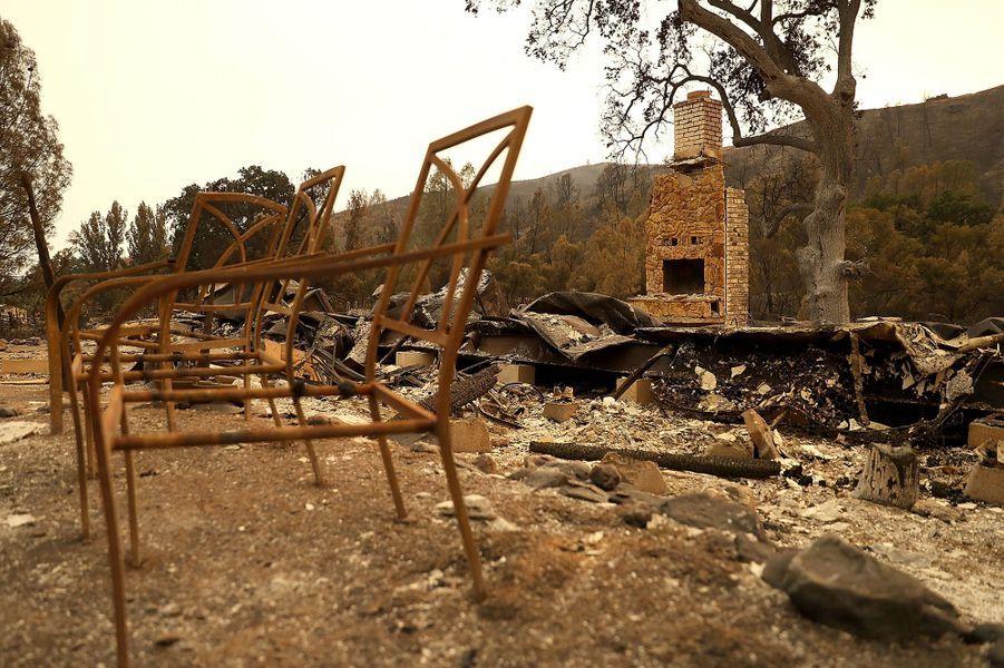 Des décombres non loin de Clearlake Oaks