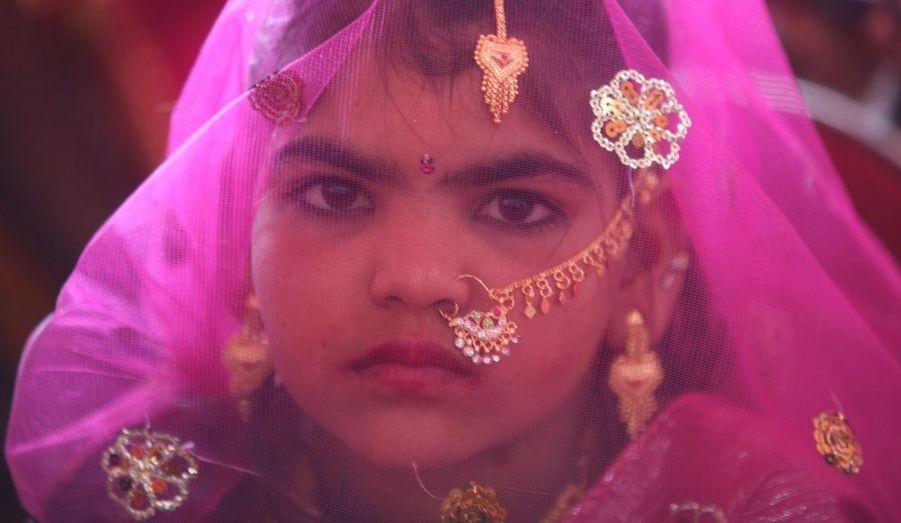"""""""Le village des prostituées"""". Vadia, dans le district Banaskantha, était en fête dimanche. Douze filles, âgés de 12 à 16 ans, se sont fiancées, et huit autres, majeures, se sont mariées. Un engagement précoce mais symbolique. En unissant leur destin à celui d'un époux, les jeunes indiennes échappent à une triste tradition de prostitution de la communauté de Saraniya. """"Le mariage de masse est une étape importante pour assurer aux femmes de la communauté un avenir sûr"""", a déclaré Mittal Patel, responsable de l'association Vicharta Samuday Manch (VSSM). Le mariage de «masse» s'est déroulé dans un lieu symbolique, où les hommes sollicitaient dans la rue les clients de leurs femmes et de leurs filles…"""