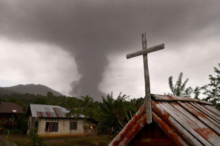 Le volcan Soputan est entré en éruption en Indonésie.