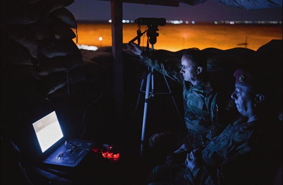 Détectés sur le toit d'un bâtiment du hameau de Doogrdkan, protégés par des sacs de sable, les peshmergas peuvent apercevoir un homme à 3 kilomètres, en pleine nuit, grâce à leurs caméras thermiques.