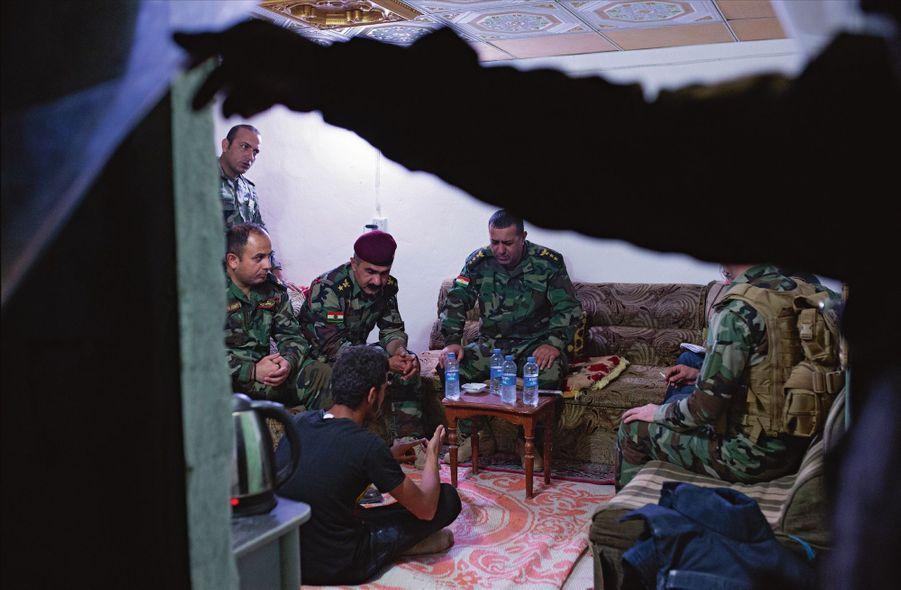 Jamal, 18 ans, soupçonné d'être lié aux djihadistes, est interrogé par les ofciers peshmergas, dont le colonel Hadji (au centre, sur le canapé).