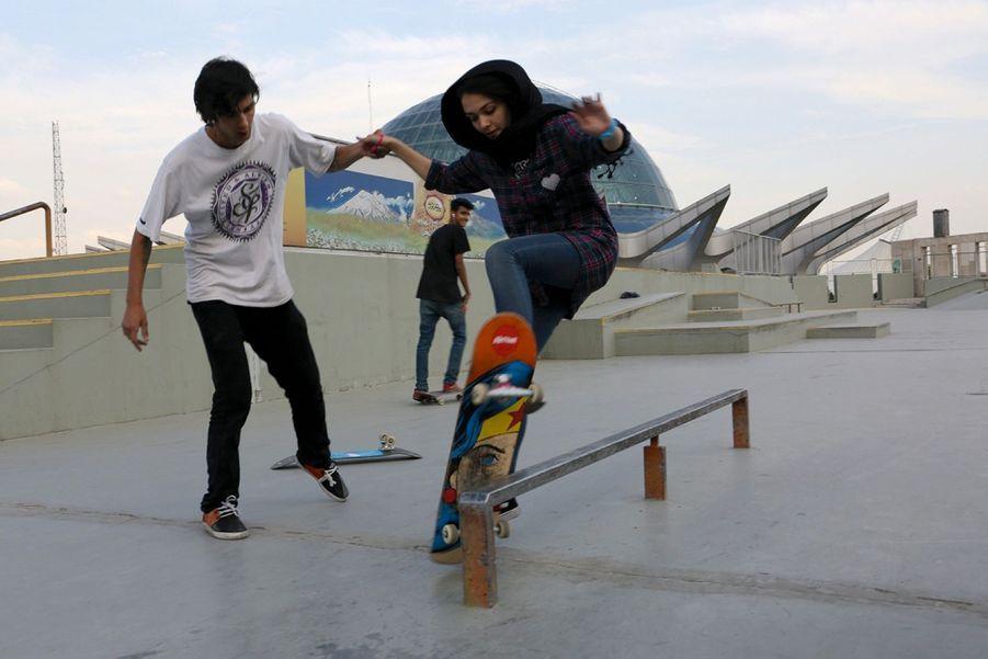 Au fond du skatepark, loin des regards indiscrets, un garçon prend la main d'une fille. Un geste interdit.