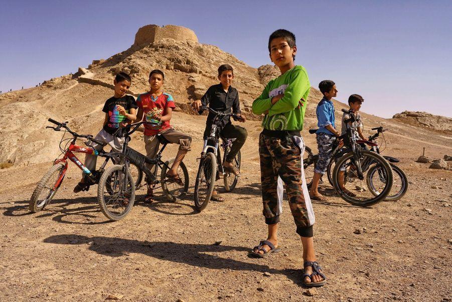 Des gosses de Yazd, dans le centre du pays, devant une « tour du silence », où les zoroastriens déposaient leurs morts.