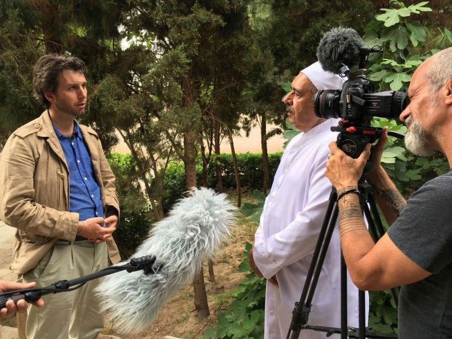 Alfred de Montesquiou, notre reporter (à g.) interviewe un prêtre zoroastrien, avec le réalisateur, Xavier Lefebvre.