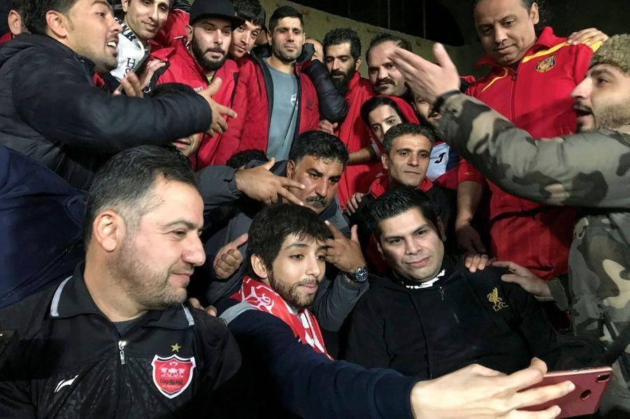 Avec son portable, Zeinab fait un selfie, entourée de supporteurs qui la soutiennent. Au stade Azadi de Téhéran, le 14 décembre 2018, où va jouer le Persépolis FC.