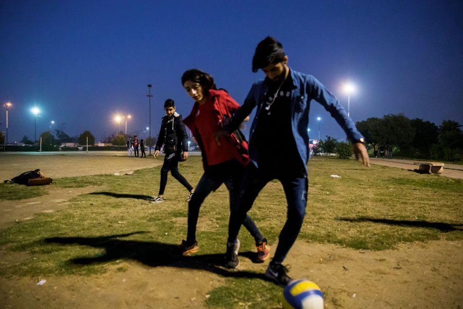 Chaque week-end, Zeinab joue au ballon rond… avec des garçons. Elle rêve de partir à l'étranger pour devenir entraîneuse.
