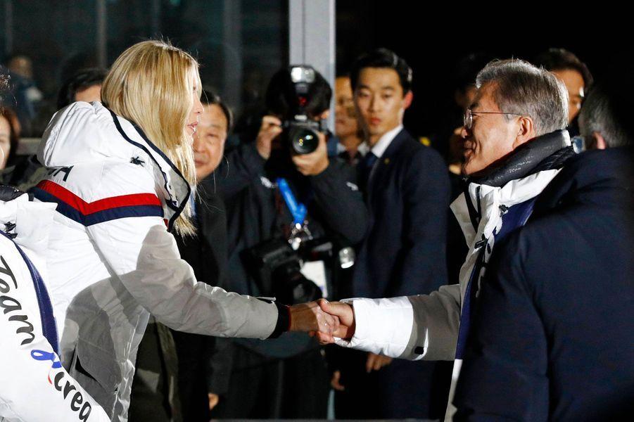 Ivanka Trump serre la main du président sud-coréenMoon Jae-in à la cérémonie de clôture des JO d'hiver