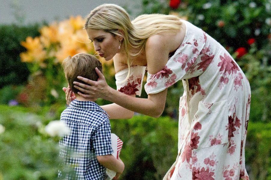 Ivanka Trump et son fils Joseph à la Maison Blanche, le 22 juin 2017.
