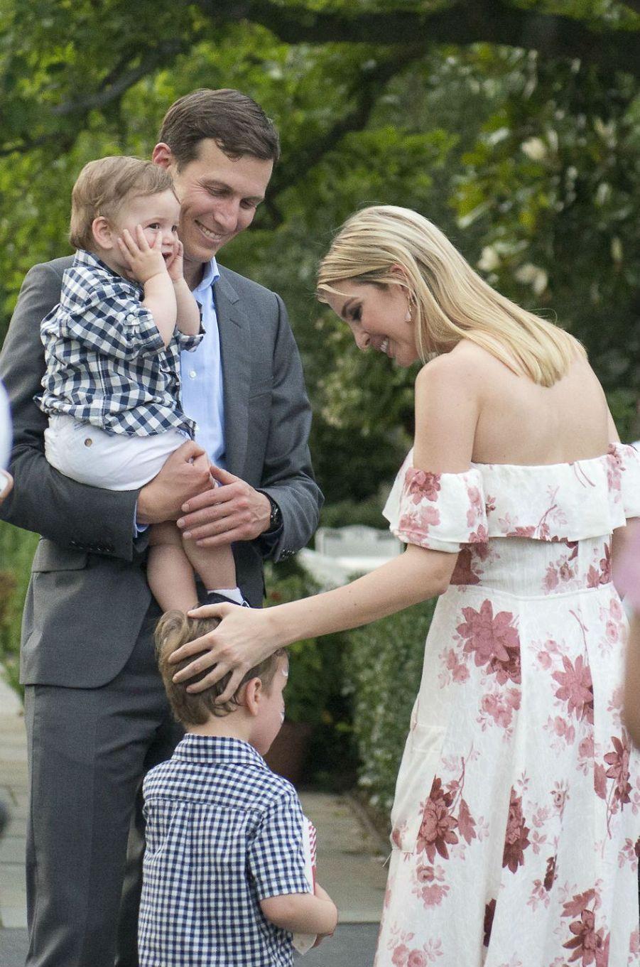 Jared Kushner, Ivanka Trump et leurs fils Theodore et Joseph à la Maison Blanche, le 22 juin 2017.
