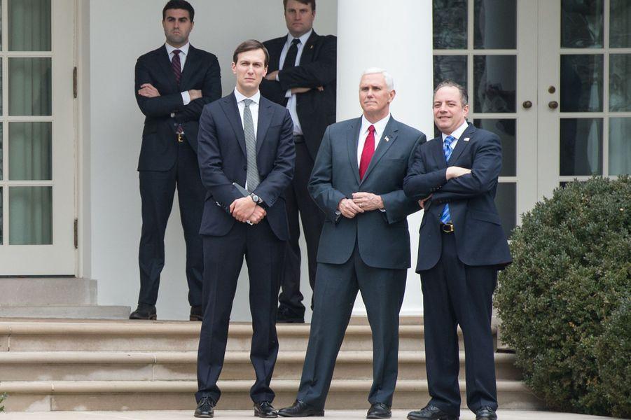 Jared Kushner, Mike Pence et Reince Priebus regardant Ivanka Trump et Donald Trump quitter la Maison Blanche, le 1er février 2017.