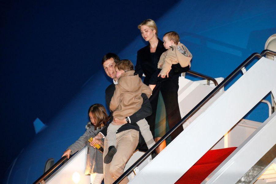 Jared Kushner,Ivanka Trump et leurs enfants descendent d'Air Force One, en février 2017.