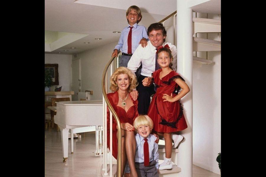 Donald Trump et Ivana, sa première épouse, avec leurs enfants, Donald Jr. (en haut), Ivanka et Eric, à la fin des années 1980.
