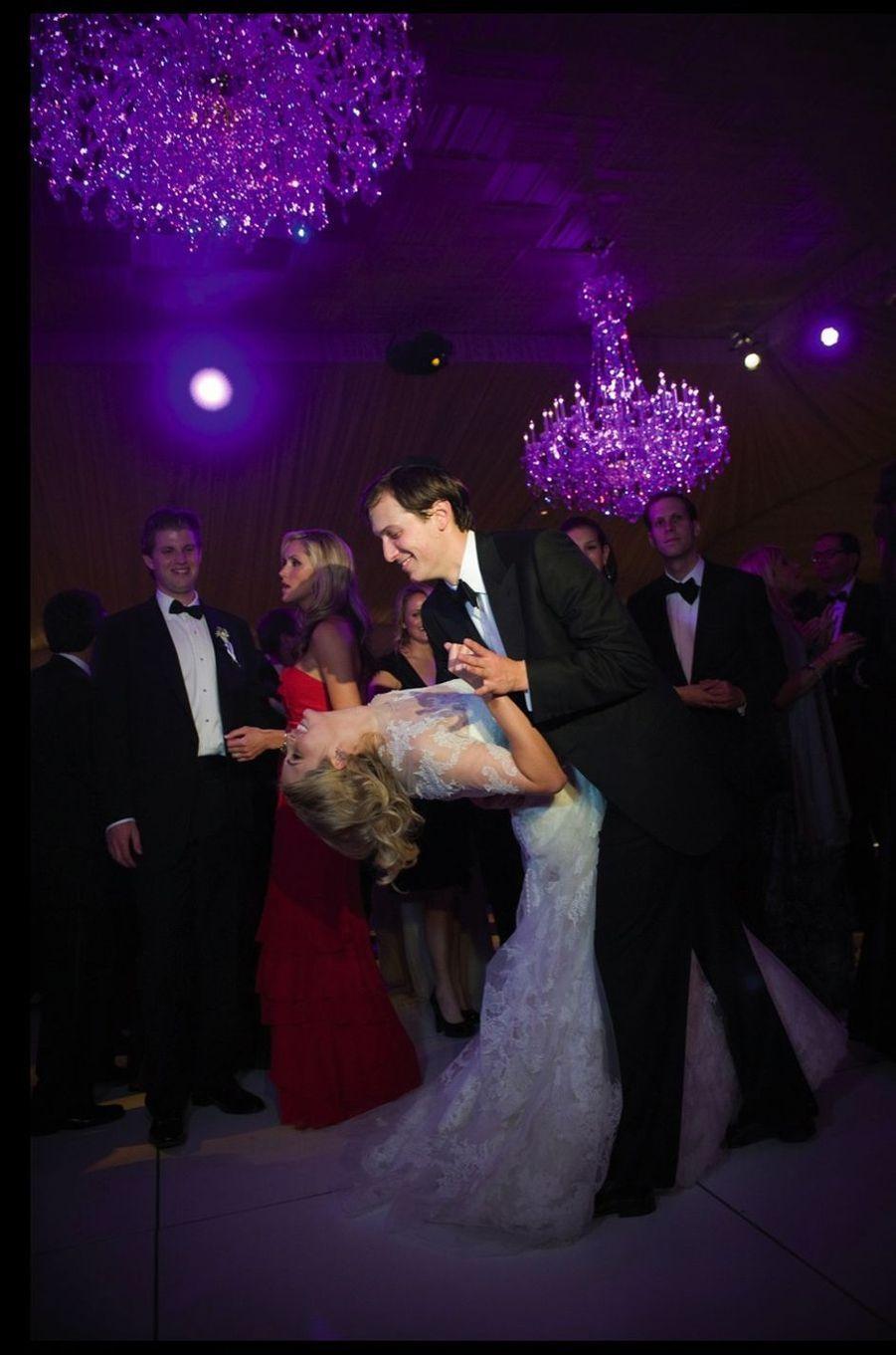 Le 25 octobre 2009, Ivanka épouse le promoteur immobilier Jared Kushner, qui sera le conseiller de Donald Trump pendant la campagne présidentielle.
