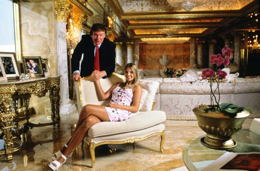 Avec son père, dans la Trump Tower, en 1996. Depuis son divorce, quatre ans auparavant, Donald Trump vit quelques étages plus bas.