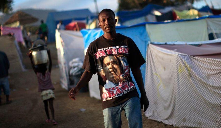 Dans les rues de Port-au-Prince, un homme porte un t-shirt à l'effigie du président américain Barack Obama.
