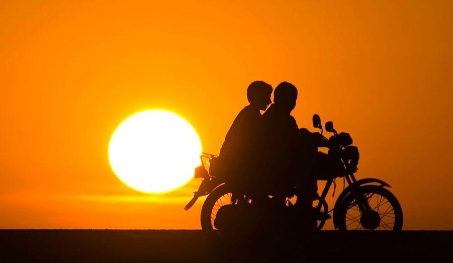 Deux jeunes Afghans à moto sur une route du district de Delarom, dans la province de Nimroz.