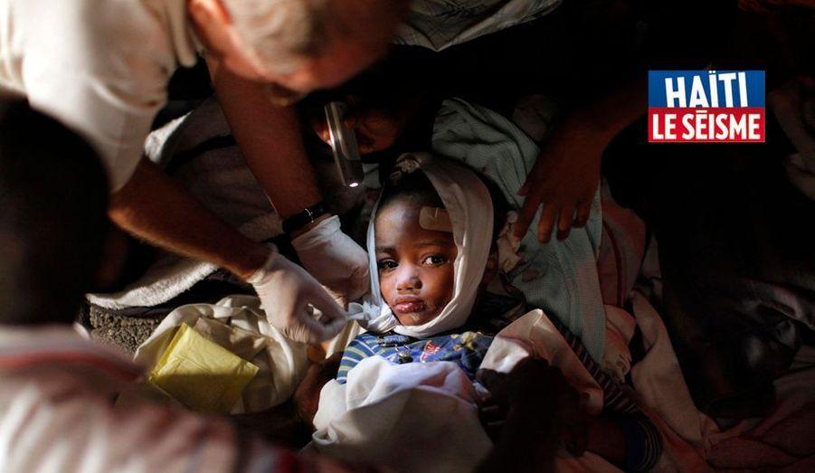 Premiers soins apportés à ce bambin blessé dans le tremblement de terre qui a ravagé Port-au-Prince. Nous étions le 13 janvier.
