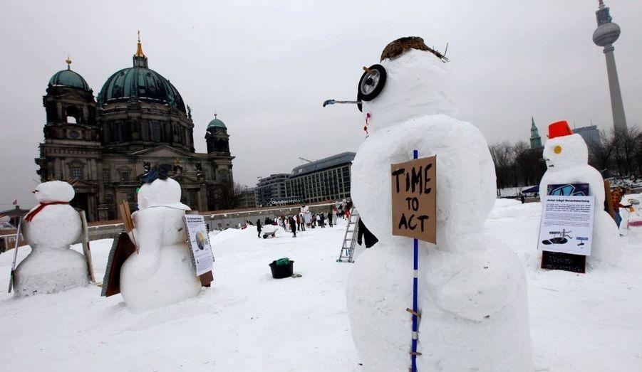 Des activistes environnementaux allemands ont construit des bonhommes de neige devant la cathédrale de Berlin, pour témoigner de l'urgence des problèmes climatiques.