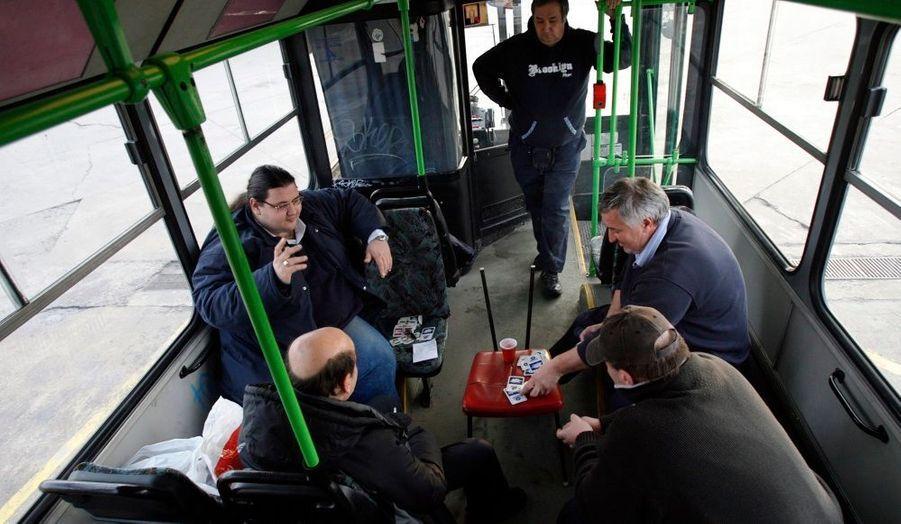 Faire la grève c'est ennuyeux! Alors ces conducteurs de bus de Budapest, en Hongrie, tuent le temps en jouant aux cartes! Ils réclament de nouveaux contrats et attendent notamment des discutions sur leurs salaires.