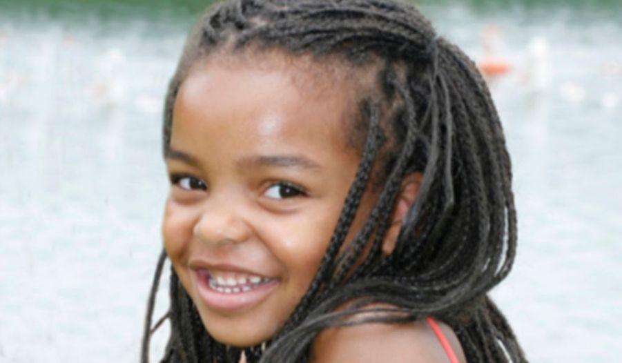 """La petite Jasmina Anema luttait depuis quelques temps contre une leucémie. Agée de 6 ans, elle avait touché le président Obama, Rihanna et bien d'autres par son courage et son sourire. Elle a succombé à la maladie le 27 janvier dernier. """"Elle s'est éteinte doucement, comme un ange"""", a écrit sa maman sur le blog qu'elle avait créé en soutien à sa fille. La chanteuse barbadienne avait développé une certaine amitié avec la petite fille ; elle était venue plusieurs fois lui rendre visite à l'hôpital. Cette nouvelle a choqué beaucoup de monde. Jasmina avait inspiré une campagne mondiale pour inciter aux dons de moelle osseuse."""