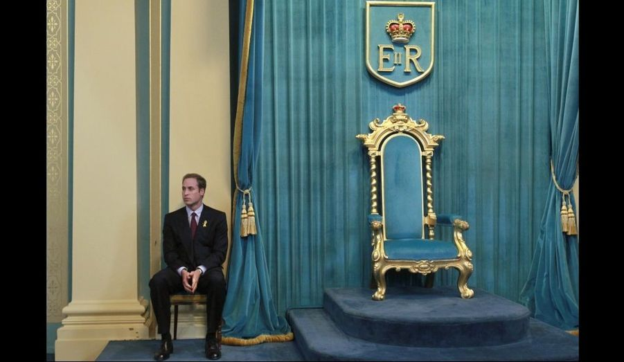 Le prince d'Angleterre patiente, non loin du trône de la Government House de Victoria à Melbourne. William s'apprête à donner un discours lors de son voyage en Australie.