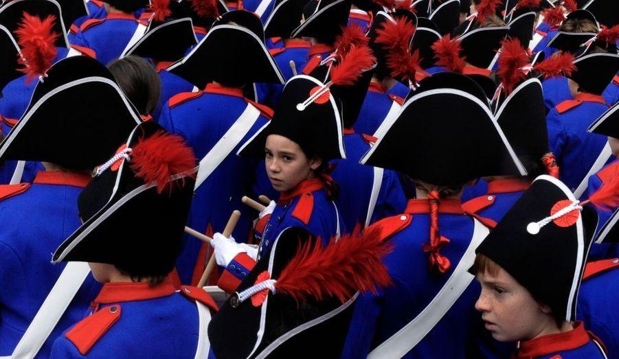 Des enfants sont habillés en soldat pour le Tamborrada de San Sebastian, en Espagne. Ce festival traditionnel commémore l'occupation Napoléonienne de la ville et des milliers de figurants, enfants et adultes, jouent du tambour pendant 24 heures à travers San Sebastian.