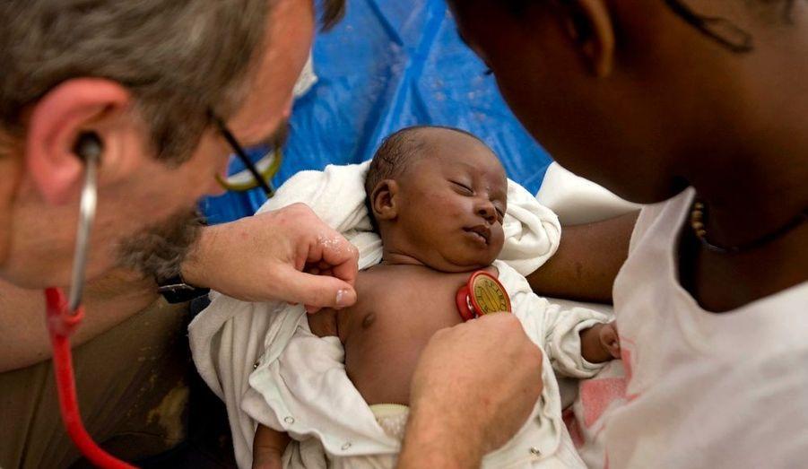 Le tremblement de terre qui a dévasté Haïti le 12 janvier dernier, a fait de ce pays un theatre des horreurs. Au milieu de tout cela, un petit bébé a survécu et dort paisiblement pendant qu'un médecin français l'examine.