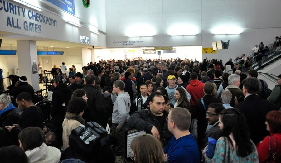 Le terminal C de l'aéroport de Newark, qui dessert la ville de New York, a été fermé dimanche, suite à une alerte à la sécurité. Selon la Direction de la sécurité des transports (TSA), un individu s'est introduit dans une zone sécurisée sans être passé par les portiques de sécurité. Une procédure d'évacuation du terminal a été lancée, et les services de sécurité vérifient la liste de l'ensemble des passagers qui se trouvaient dans le terminal C au moment de l'alerte.
